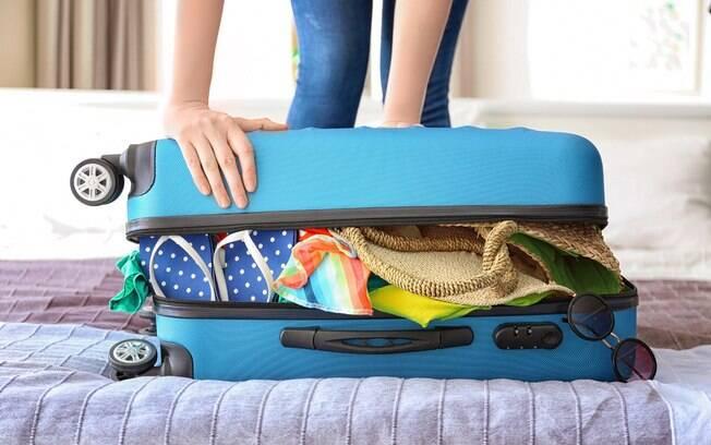 Não adianta abarrotar a bagagem de mão: se o limite de peso for ultrapassado, a mala será despachada também