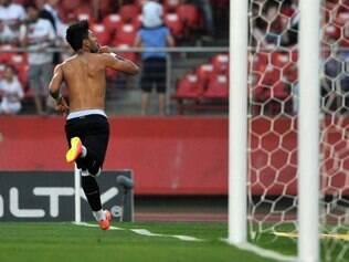 Ao marcar o gol, o jogador tirou a camisa e fez gesto de silêncio para a torcida rival
