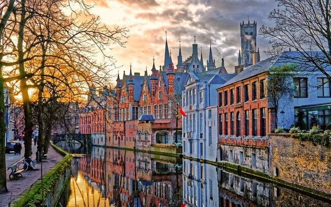 Bruges é uma opção de destino mais romântica na Europa, com seus pequenos canais e pontes e suas ruas estreitas de pedra, e é uma cidade localizada na Bélgica, um dos países do mundo que não existe visto de viajantes brasileiros