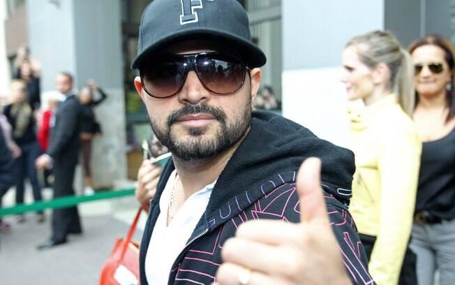 Luciano fez sinal de positivo na saída do hospital