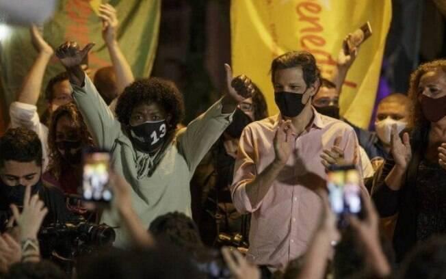 Candidata do PT à Prefeitura do Rio, Benedita da Silva, com Fernando Haddad em ato de campanha na Praça São Salvador