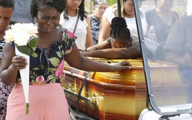 Foi sepultada na tarde de hoje, Lorrana Madalena da Luz, no cemitério Tanque do Anil, em Duque de Caxias, Baixada Fluminense.