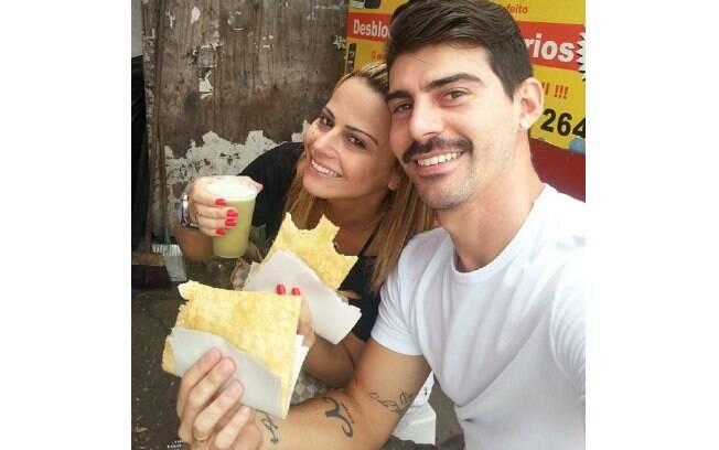 Viviane Araújo e o noivo, Radamés, comeram pastel de feira e beberam caldo de cana nesta terça-feira (24)