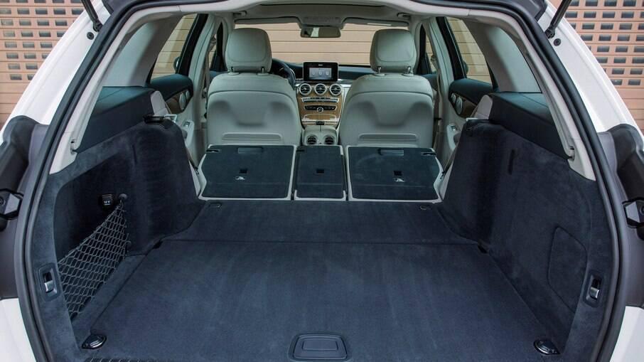 Para levar todos os apetrechos que um piloto precisa, o porta-malas da perua Mercedes dava conta do recado