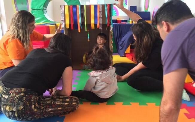 Atividades lúdicas ajudam no desenvolvimento infantil, então as profissionais pensam em estratégias de atrair as crianças