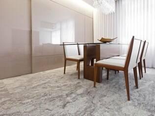 Protagonista. Granito ganha destaque em meio ao décor neutro desta sala assinada por Sheila Mundim