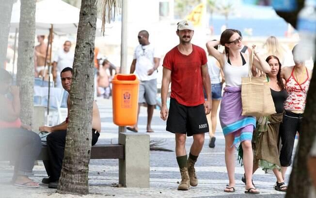 Shia LaBeouf, ator de 'Transformers', foi fotografado nesta sexta-feira (27) passeando com a mãe pelo Rio de Janeiro, na orla de Ipanema