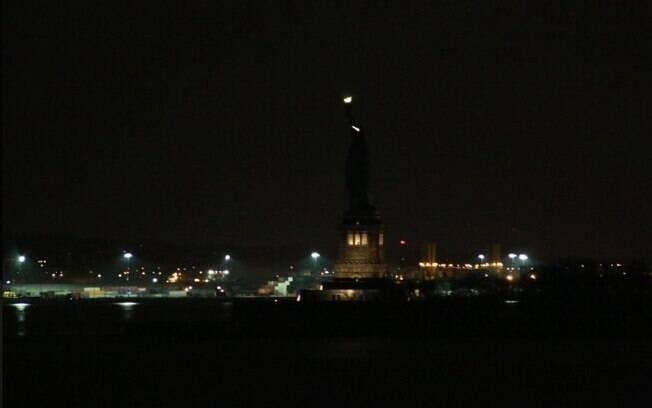 """Estátua da Liberdade fica apagada e mulheres apontam """"simbolismo"""" em incidente"""
