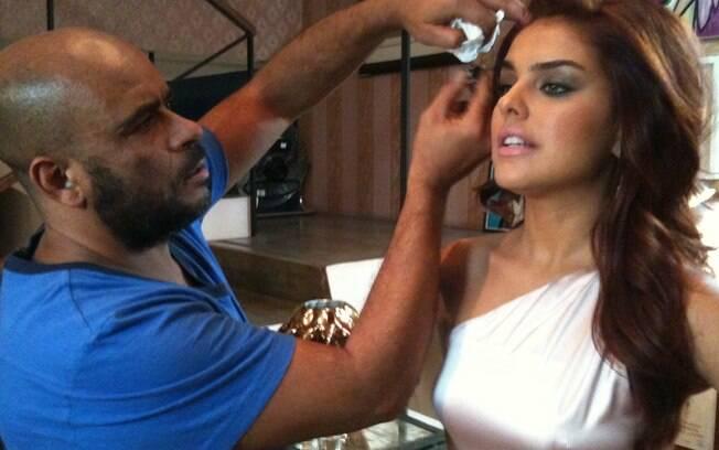 O hairstylist das estrelas prepara a atriz Paloma Bernardi
