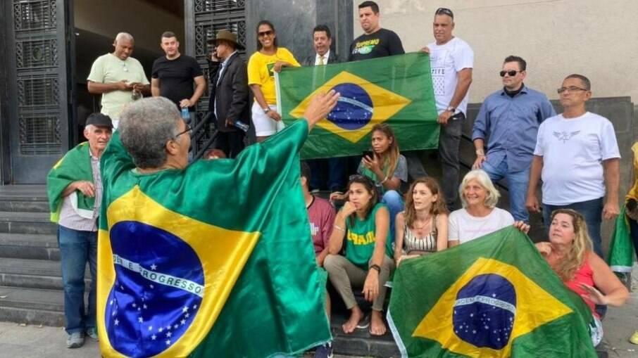Apoiadores do deputado em frente a sede da PF no RJ