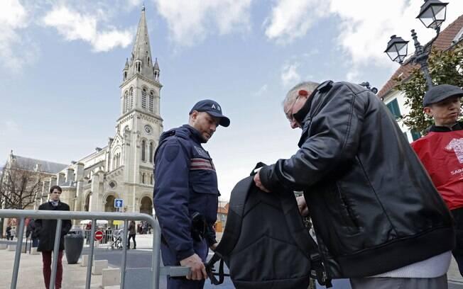 Policial revista mala de idoso em Paris: segurança em estado de alerta após ataques em Bruxelas