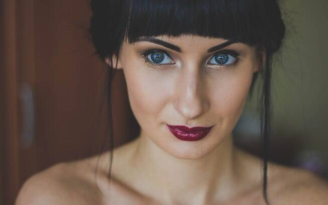 mulher usando batom escuro