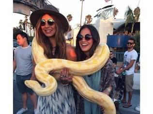Bruna Marquezine e a amiga Stéphannie Oliveira posaram juntas para a foto