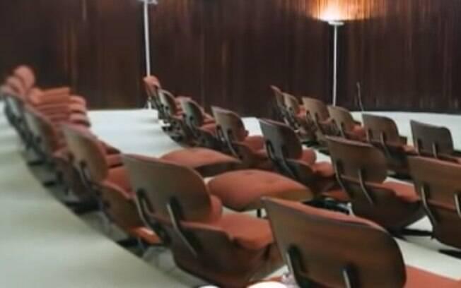 Cadeiras vermelhas vão ser trocadas por azuis no Palácio da Alvorada após pedido de Jair Bolsonaro