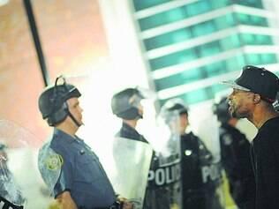Tensão na rua. Protestos contra violência da polícia contra os negros na cidade de Ferguson, nesta quinta