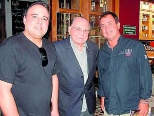 Em BH - Após vernissage, o artista plástico Bernardo Pitanguy com o pai, Ivo Pitanguy, e o presidente da Brastub, Douglas Aguiar, patrocinador da mostra.