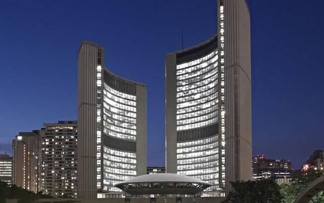 Prédios da prefeitura de Toronto tem arquitetura moderna com estrutura curvada