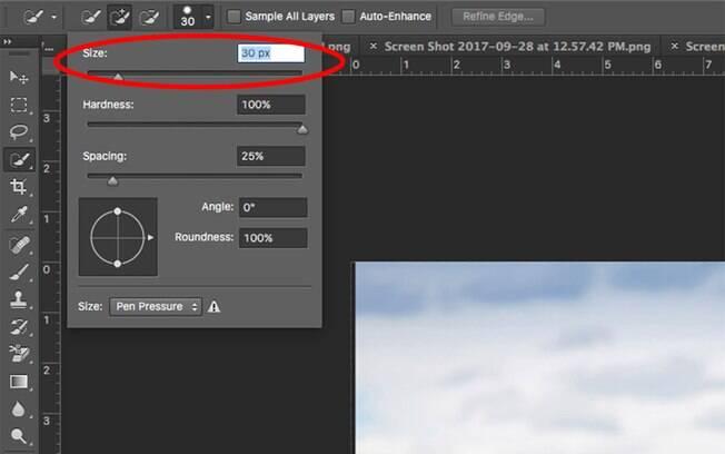Para diminuir o tamanho do cursor do mouse e conseguir recortar fotos melhor, vá no canto superior direito, clique no símbolo de um circulo branco com o número 30 em baixo e arraste a barra