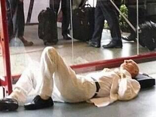 Escritor, de 86 anos, alega que deita no chão porque