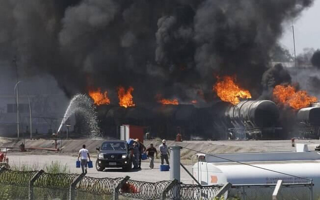 Incêndio na Refinaria de Manguinhos atinge mais de 10 caminhões tanques
