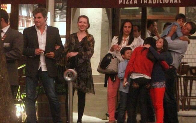Edson Celulari jantou na noite desse domingo com a namorada e da filha Sophia