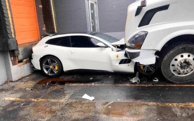 Ferrari, modeloG TC4Lusso, ficou com a frente destruída