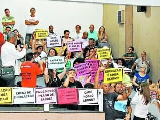 Indignação.  Servidores da Educação foram à Câmara Municipal de Contagem para protestar sobre a retirada da pauta no Legislativo
