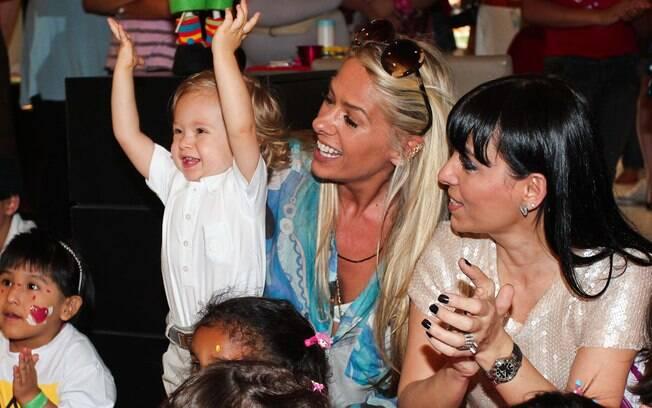 Vittorio se diverte em evento infantil ao lado da mãe, Adriane Galisteu