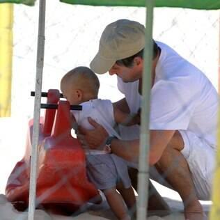 Marcelo Serrado passeia com os filhos gêmeos em parquinho do Rio