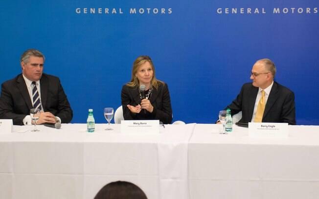 Mary Barra, CEO e presidente mundia da GM, Barry Engle, presidente GM América do Sul (dir) e Carlos Zarlenga, presidente GM Mercosul (esq)