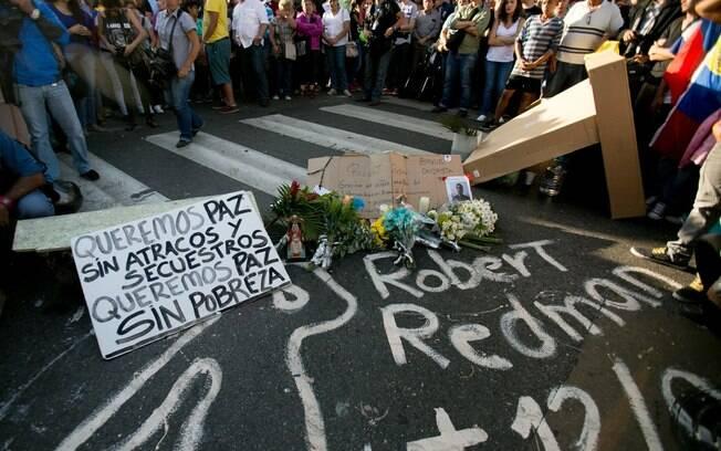 Estudantes comparecem à vigília em Caracas por dois jovens mortos em confrontos violentos na Venezuela (13/2)