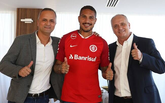 Vice-presidente de futebol do Internacional Roberto Melo, atacante Paolo Guerrero e presidente Marcelo Medeiros