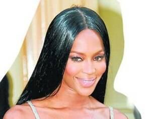 Naomi Campbell foi ao lançamento da coleção de Kate Moss para a Topshop usando um vestido franjado da marca