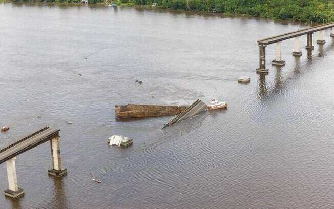 Parte de uma ponte do complexo Alça Viária, que liga regiões do Pará, caiu na madrugada desse sábado (6) no Rio Moju