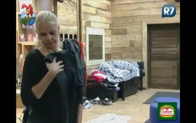Monique arruma suas roupas com calma, já que acredita que a eliminação será apenas na próxima quinta-feira
