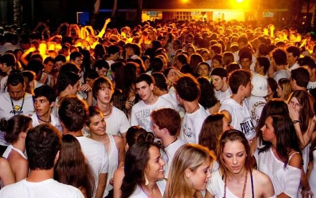 Em Porto Seguro, os jovens podem aproveitar festas e baladas com pessoas da mesma faixa etária