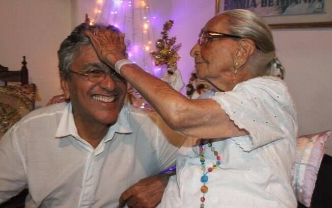 Caetano Veloso recebe benção da mãe, Dona Canô, em janeiro deste ano
