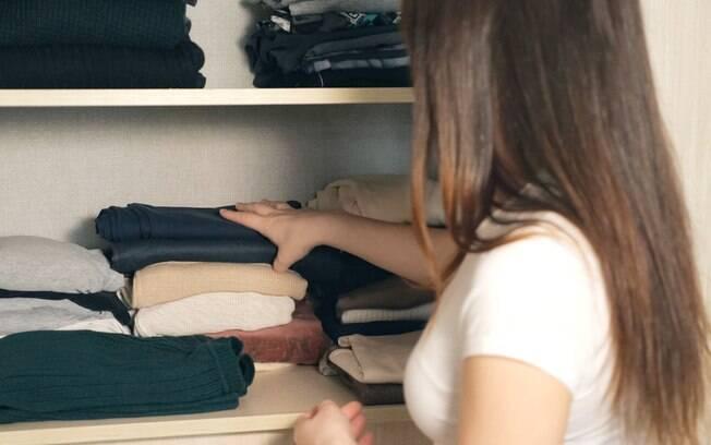 A personal organizer Carol Rosa ensina a como organizar o guarda-roupa e deixá-lo preparado para as baixas temperaturas