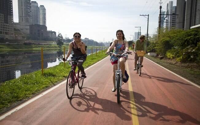 Aline Cavalcante (à esquerda) leva iniciantes para começar na ciclofaixa. A regra é bom senso e boa educação
