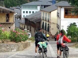 Bicigrinos percorrem o povoado de Villafranca del Bierzo