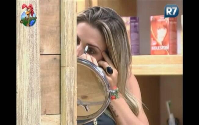 Joana Machado capricha na maquiagem para a festa desta noite