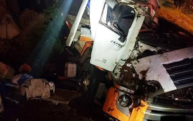 O caminhoneiro morreu devido a pancada frontal no veículo