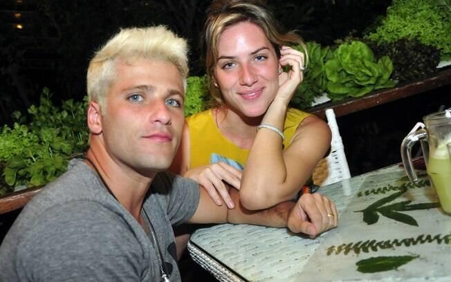 Bruno Gagliasso e Giovanna Ewbank curtiram o show de Zeca Baleiro em Fernando de Noronha