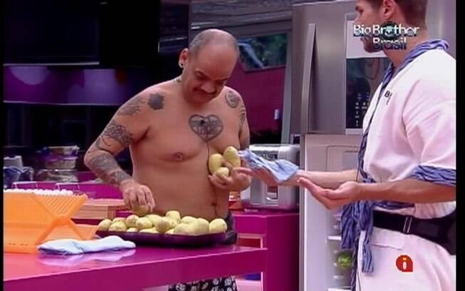 João Carvalho e Jonas conversam enquanto arrumam a cozinha