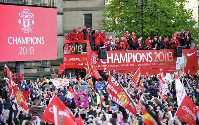 Jogadores do United desfilam por Manchester  para festejar o título inglês