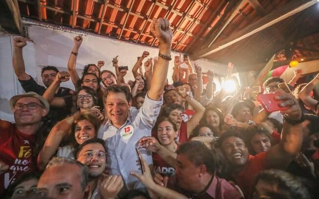 Candidato Fernando Haddad (PT) participou, ao lado de sua esposa, de ato com apoiadores em Fortaleza (CE)