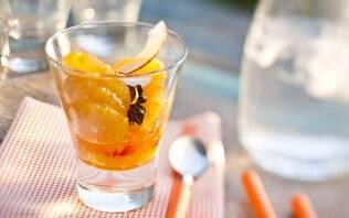 Taça de laranjas com amêndoas em lascas e caramelo de laranja