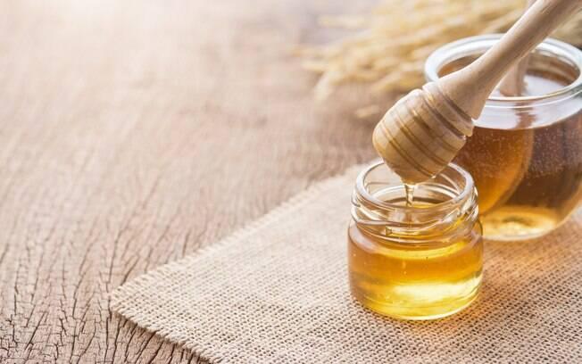 Mel de abelha puro está entre os alimentos que podem aliviar a tosse