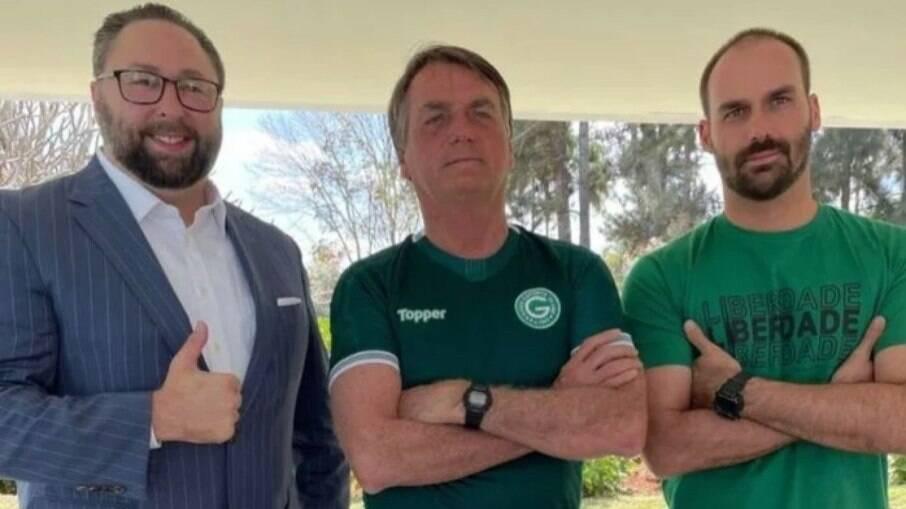 Ex-assessor de Trump, Jason Miller, ao lado de Jair Bolsonaro e Eduardo Bolsonaro