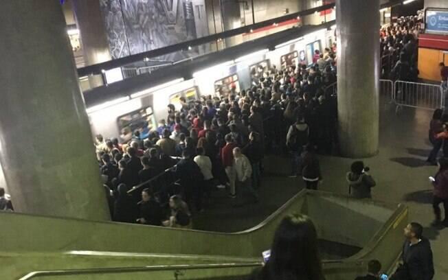 Foto publicada por usuário da Linha 3-Vermelha do metrô, no início da noite desta quinta-feira (5)